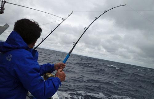 スマガツオ釣っている男