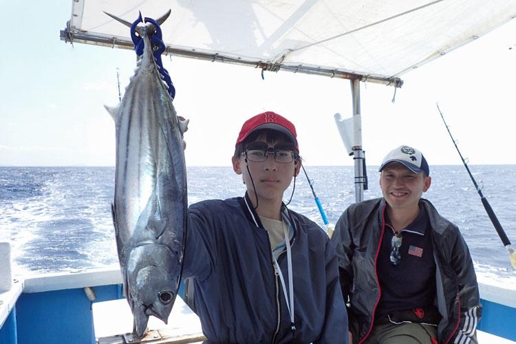 カツオを釣った少年と父