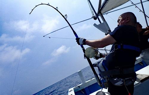 デスダイブしたカジキを釣り上げている男