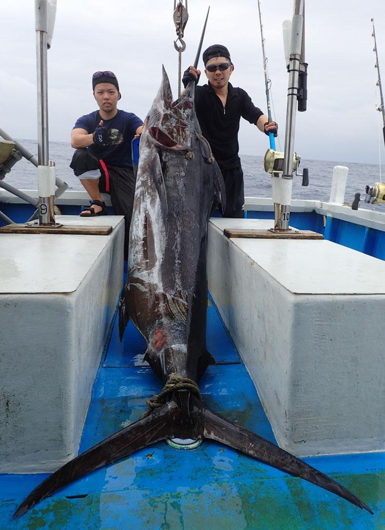 100kgのカジキと釣り上げた若い2人の男性
