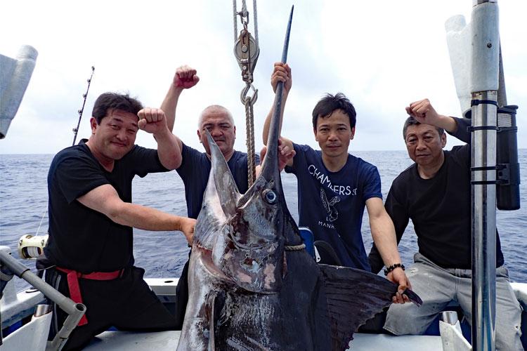 カジキと釣り上げた4人