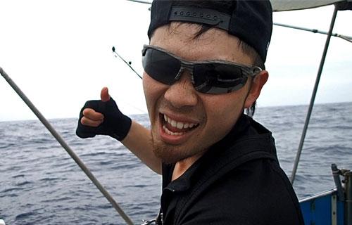 カジキを釣り上げたドヤ顔の若い男