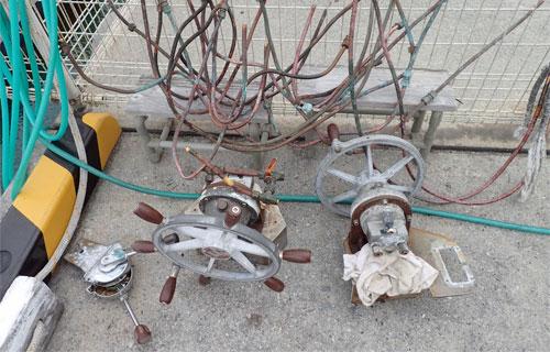 鶴丸から取り外した古い油圧配管とハンドル