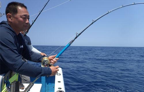 スマガツオ釣っている男性