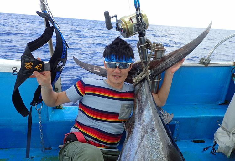 カジキと釣り人、ロッド、ハーネスなどのタックル