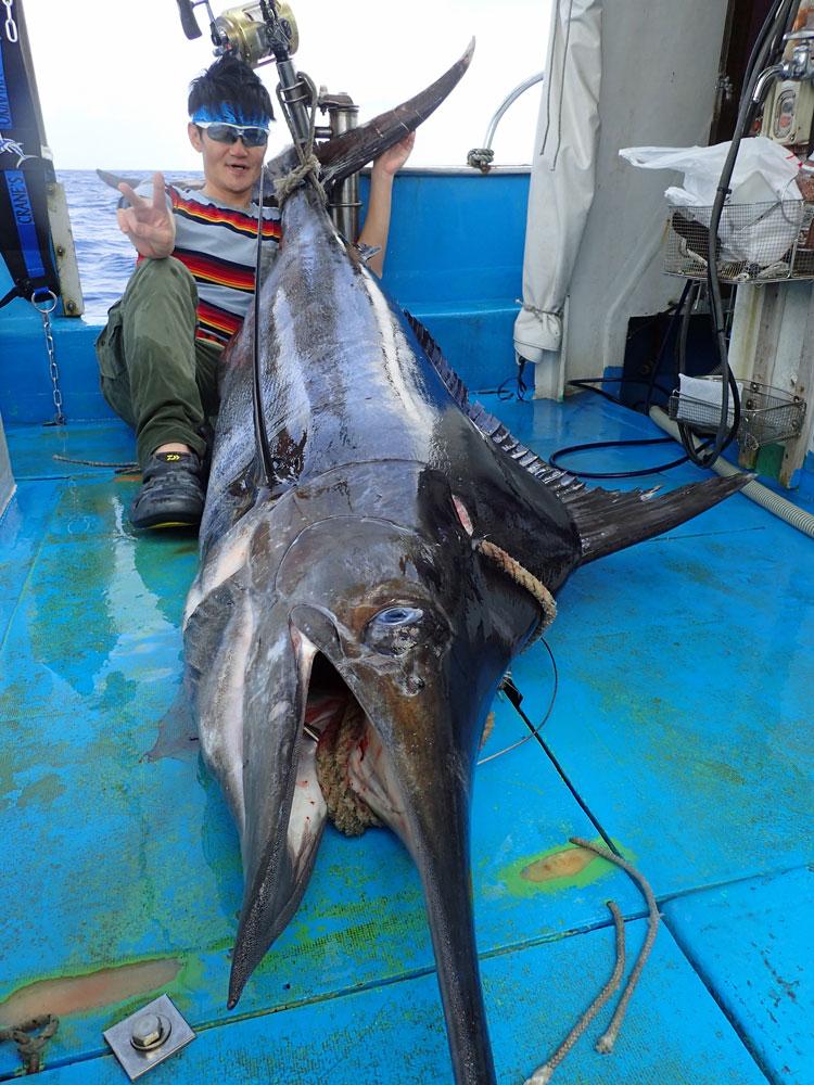 115kgカジキと釣り上げたアングラー