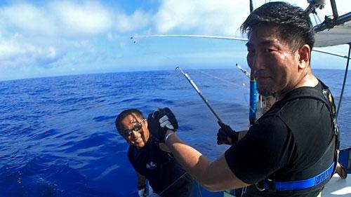 カジキを釣り上げたアングラーと船長
