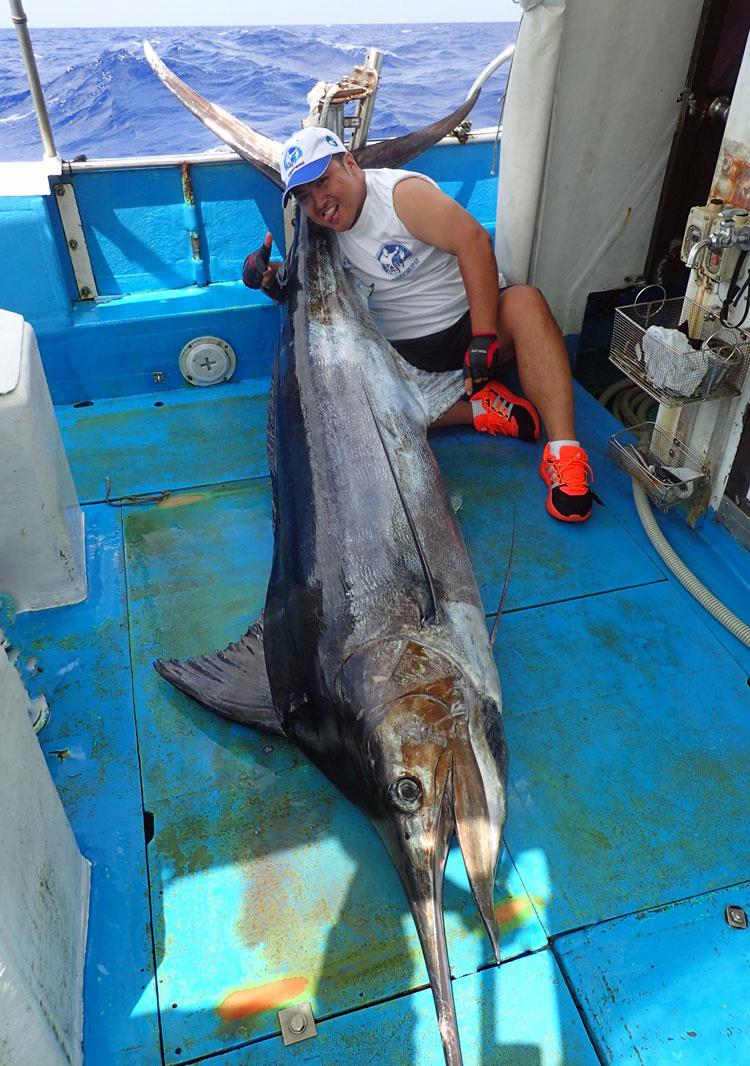 釣り上げた100kgのカジキと中国人男性