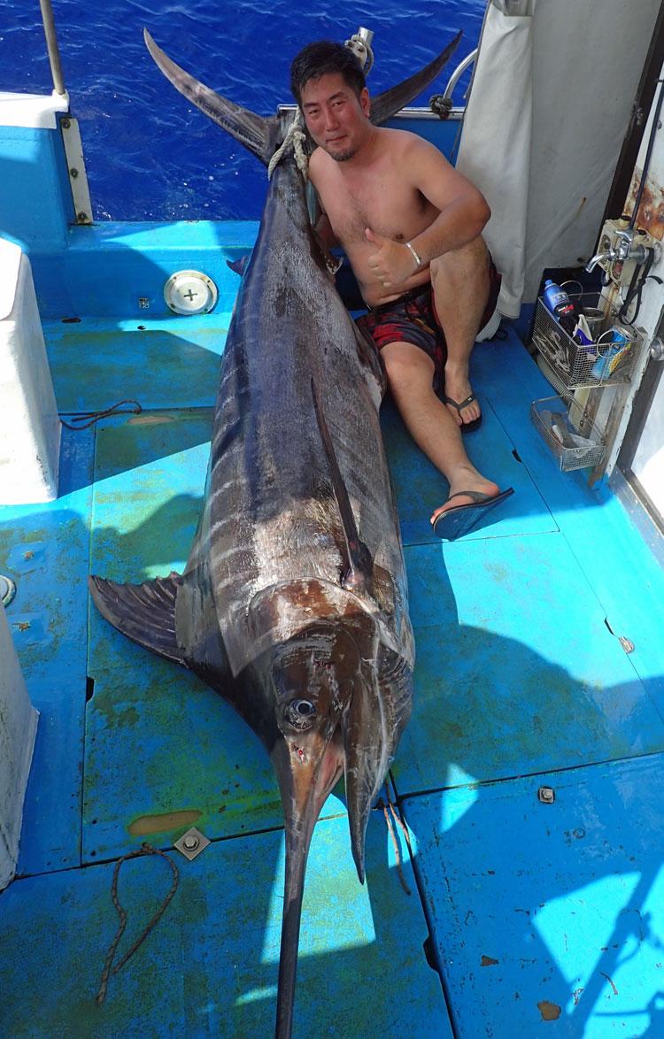 150kgのカジキと釣り上げた上半身はだかの男性