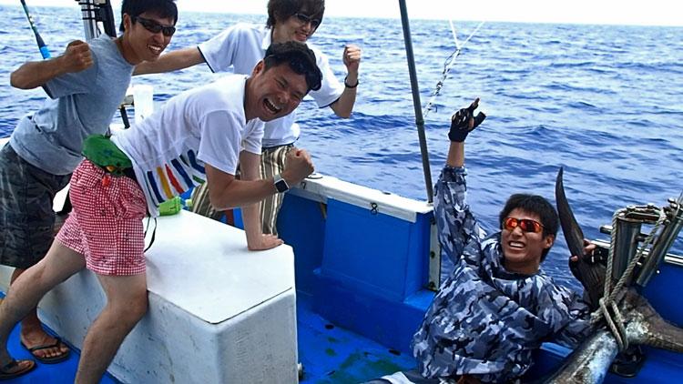 カジキを釣り上げたメンバー四人