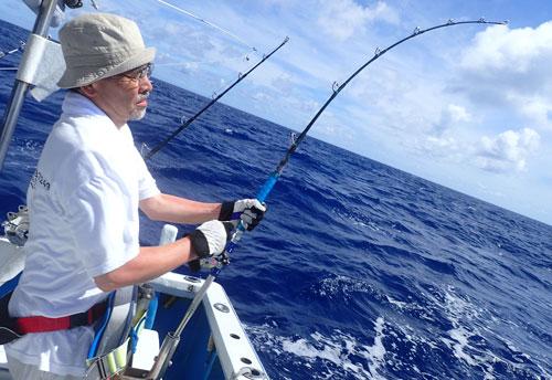 トローリングで魚を釣っている男性