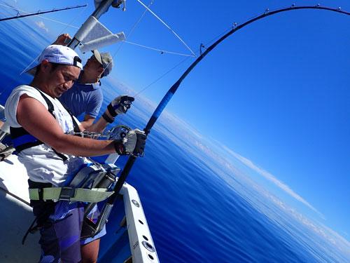 カジキ釣り中の男性