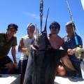 65kgのカジキと釣り上げた四人