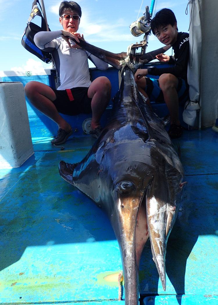 115kgのカジキを釣った親子
