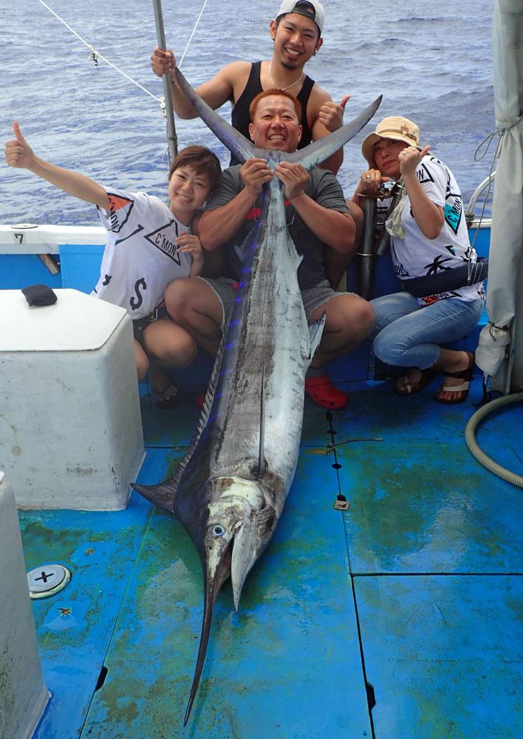 ファミリートローリングで釣り上げたカジキと記念撮影