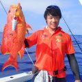 バラハタとオレンジシャツの男