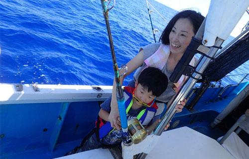 トローリングで少年と母