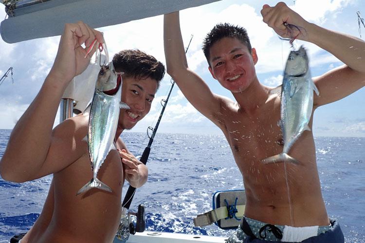 スマのダブル釣果と上半身裸の若い男性