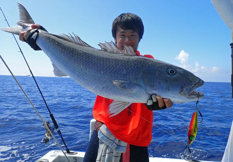 90cmアオチビキとジギングで釣った男性
