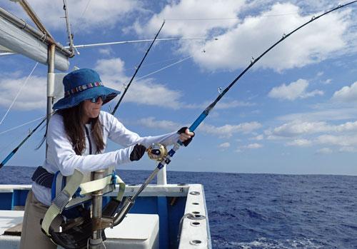 カツオを釣っている奥さん