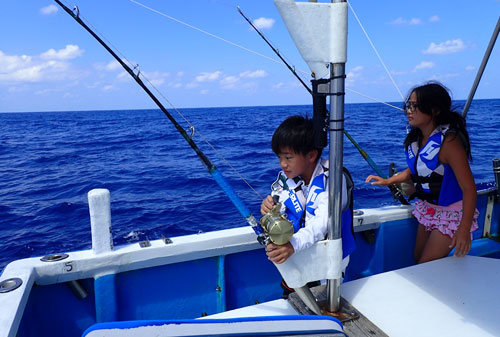 少年&少女カツオ釣り