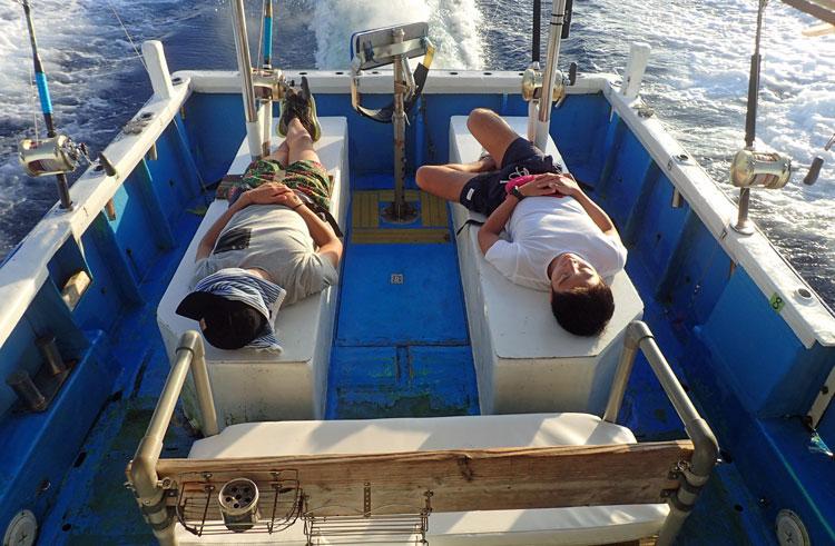 カジキ釣りに疲れて寝ている風景