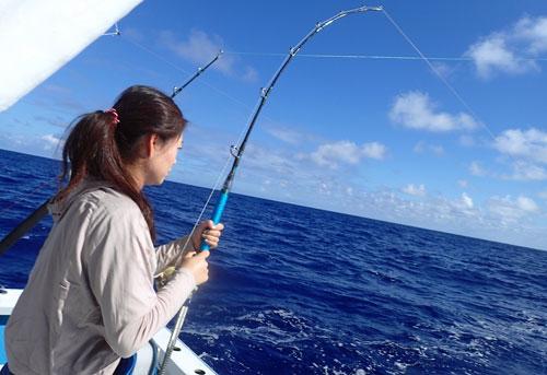 カツオを釣っている妻