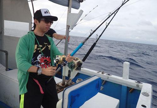 スマガツオを釣っている男性