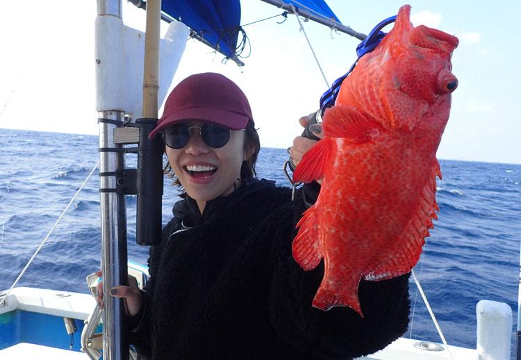 ミーバイを釣った女性