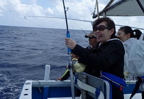 トローリングでシイラを釣っている母