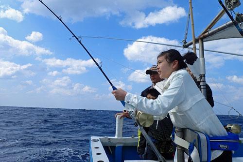 トローリングでシイラを釣っている娘