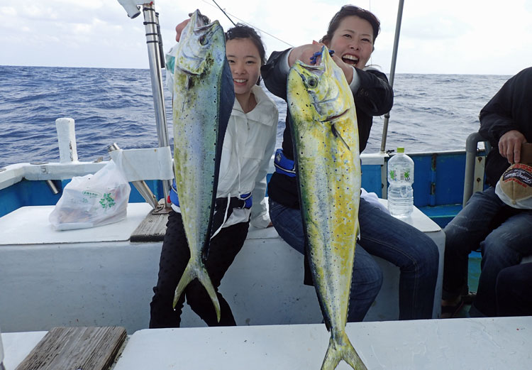 釣り上げた二匹のシイラと母と長女