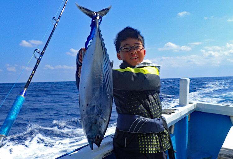 太スマガツオを釣り上げた少年