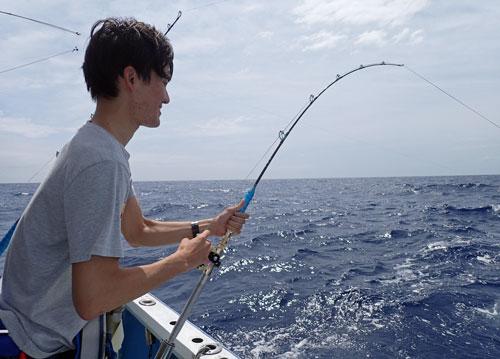 スマガツオ釣り中の男性