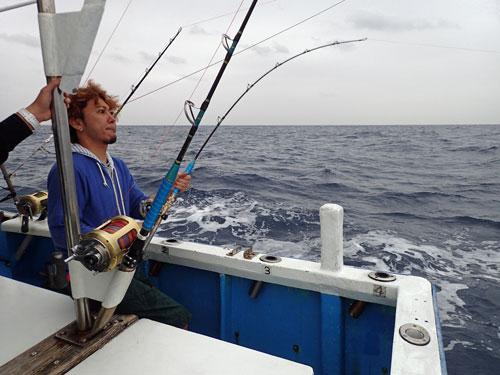 スマを釣っている男