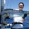 大型シイラと釣り上げた男