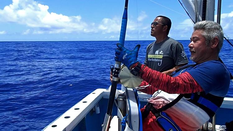 カジキを釣っている男と船長、鶴巻