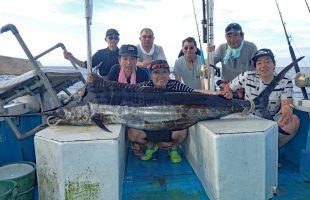 釣り上げたカジキと北海道からの7人