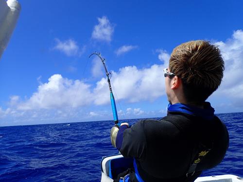 カジキを釣っている男性