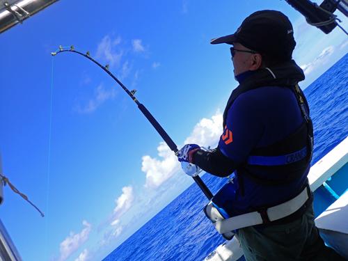カジキ釣りしている男性