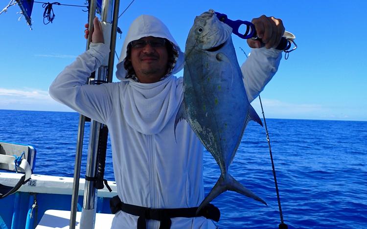 ガーラ(ナンヨウカイワリ)と釣り人