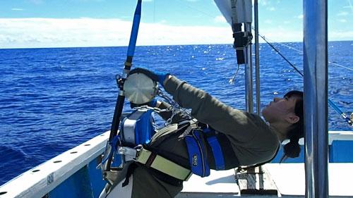 沖縄のトローリングでカジキを釣っている16才の少女