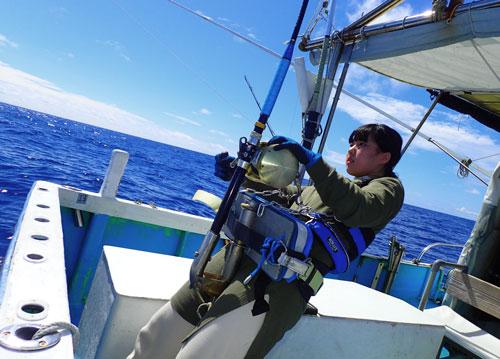 カジキと釣っている神奈川県から来た16才女子高生