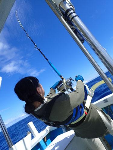 クレーンズ沖縄のトローリングでカジキを釣っている女子高校生
