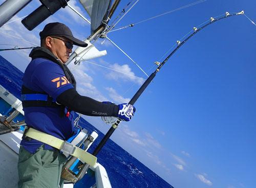 沖縄のトローリングでカジキとファイトしている関西からのアングラー