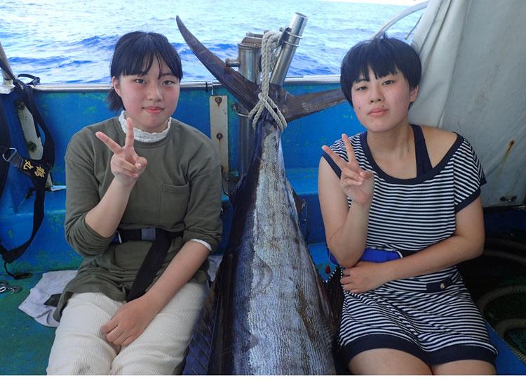 クレーンズ沖縄のトローリングにて姉妹でカジキと撮影