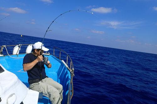 カンパチを釣っている男性