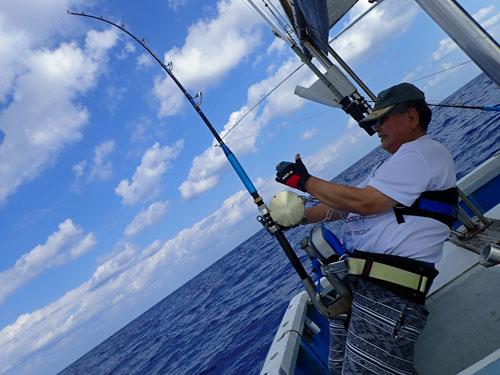 沖縄のトローリグでカジキを釣っている愛知県からき来た65才の男性