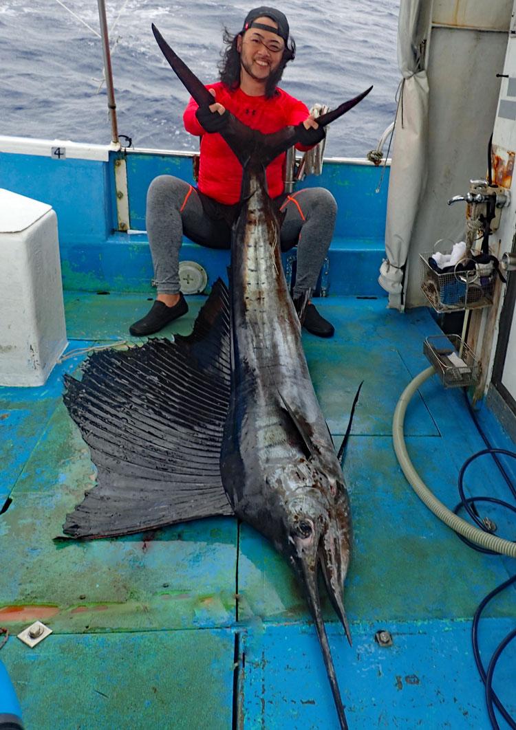 沖縄のトローリングで釣り上げたバショウカジキとアングラー