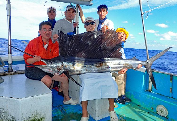 トローリングで釣り上げたバショウカジキと愛知県から来た男達